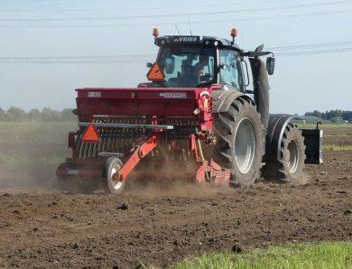 Les étapes pour conduire un tracteur agricole